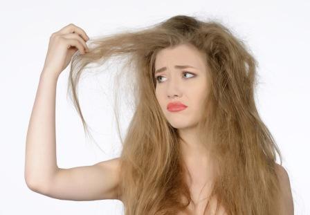 抜け毛を気にする女性画像
